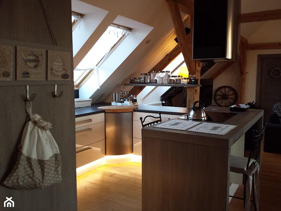 Mieszkanie Na Poddaszu Mała Otwarta Biała Kuchnia W