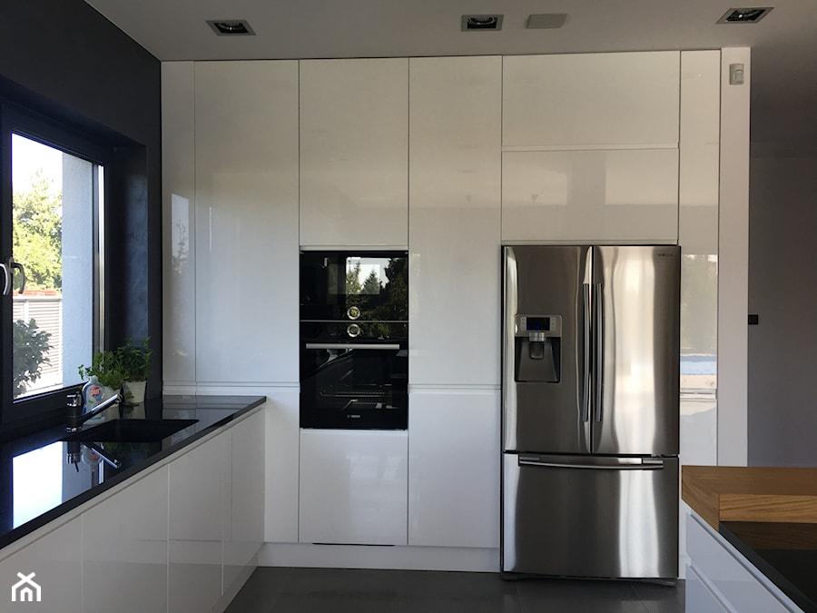 Realizacje - Mała zamknięta szara czarna kuchnia w kształcie litery l z wyspą z oknem, styl nowoczesny - zdjęcie od HOSTA MEBLE