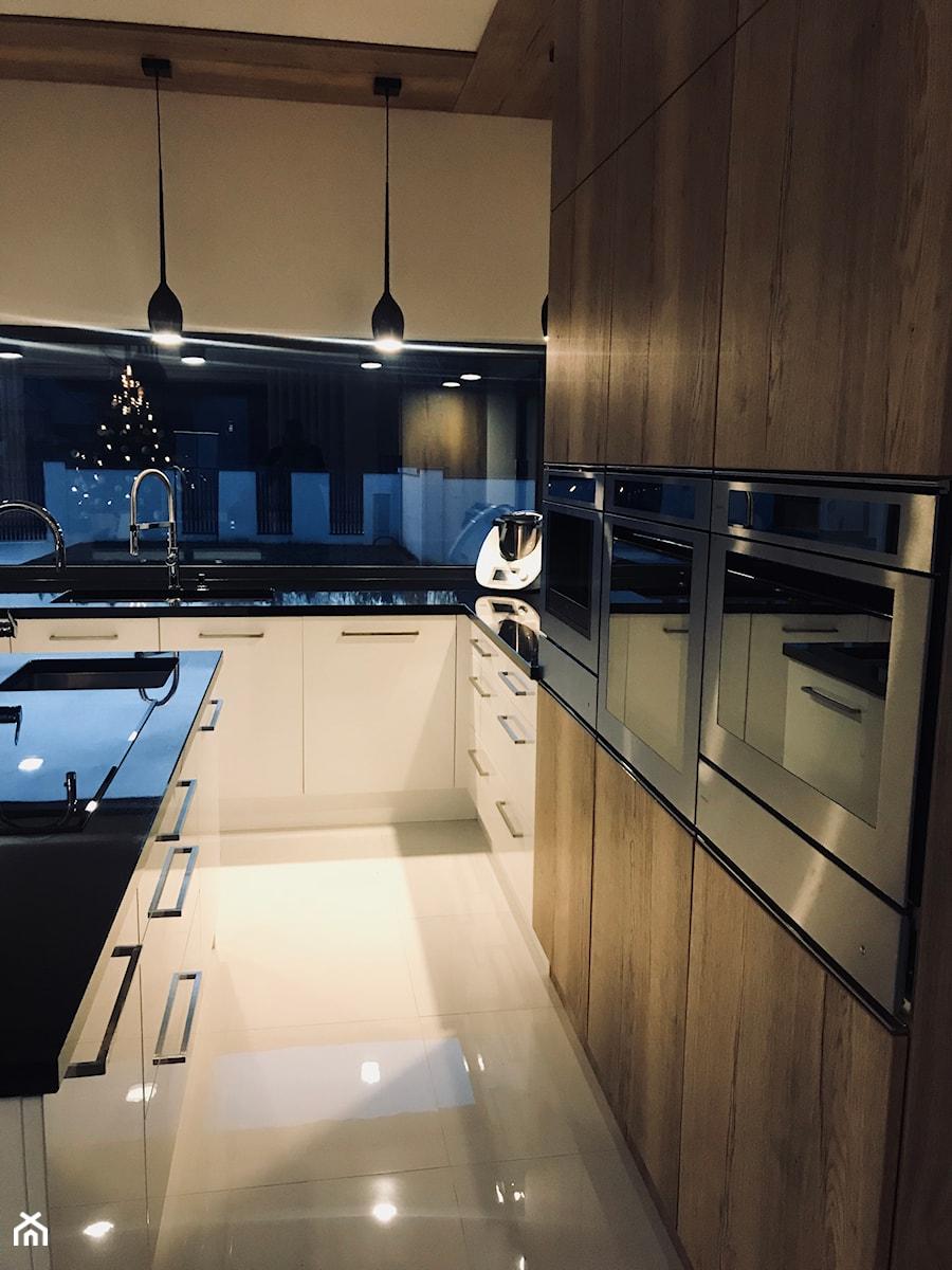Realizacje - Średnia otwarta czarna kuchnia w kształcie litery l z wyspą - zdjęcie od HOSTA MEBLE