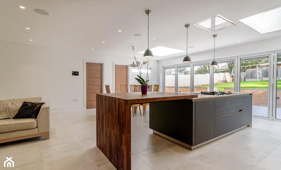 Realizacje - Średnia otwarta biała kuchnia jednorzędowa w aneksie z wyspą z oknem, styl nowoczesny - zdjęcie od HOSTA MEBLE