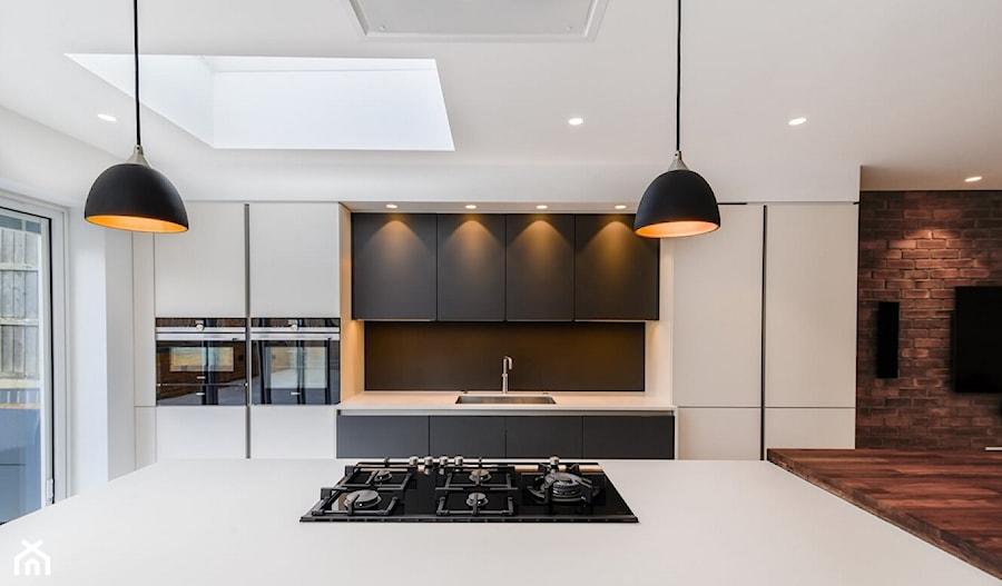 Realizacje - Duża otwarta biała kuchnia jednorzędowa z oknem, styl nowoczesny - zdjęcie od HOSTA MEBLE