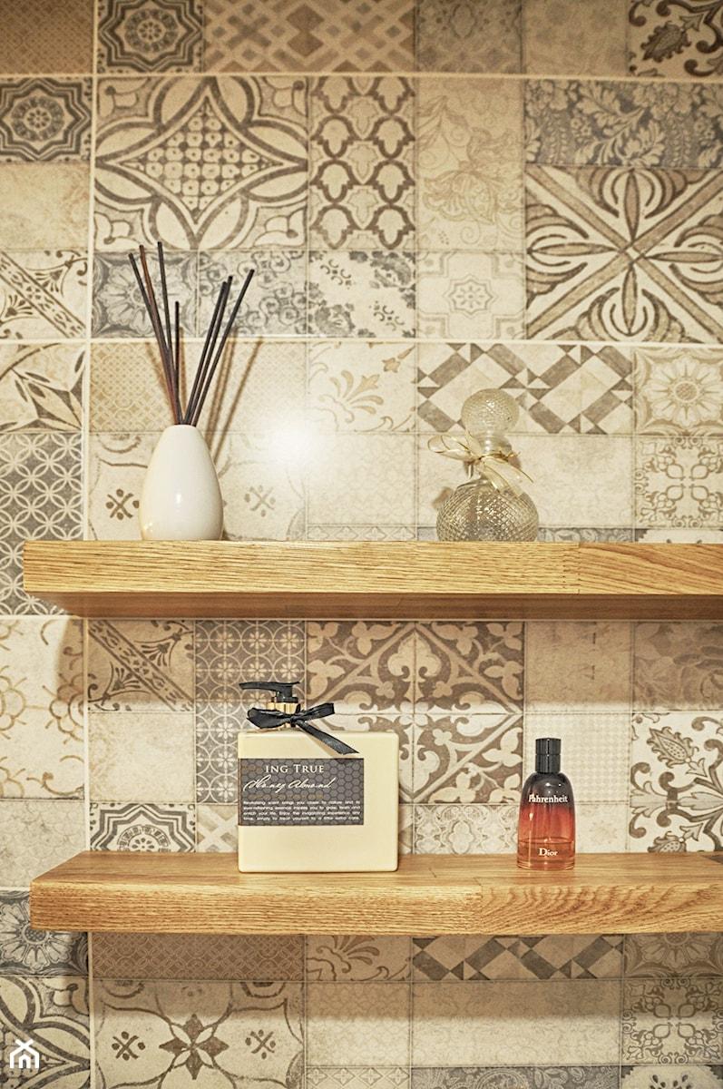 Łazienka patchworkowa - Mała szara łazienka w bloku w domu jednorodzinnym bez okna, styl rustykaln ... - zdjęcie od rebelle.concept