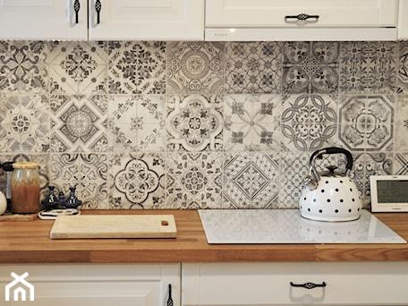 Aranżacje wnętrz - Kuchnia: Kuchnia rustykalna - Mała zamknięta szara kuchnia jednorzędowa, styl skandynawski - rebelle.concept. Przeglądaj, dodawaj i zapisuj najlepsze zdjęcia, pomysły i inspiracje designerskie. W bazie mamy już prawie milion fotografii!