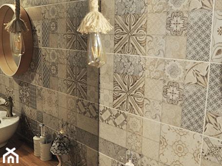 Aranżacje wnętrz - Łazienka: Łazienka patchworkowa - Mała szara łazienka na poddaszu w bloku w domu jednorodzinnym bez okna, st ... - rebelle.concept. Przeglądaj, dodawaj i zapisuj najlepsze zdjęcia, pomysły i inspiracje designerskie. W bazie mamy już prawie milion fotografii!