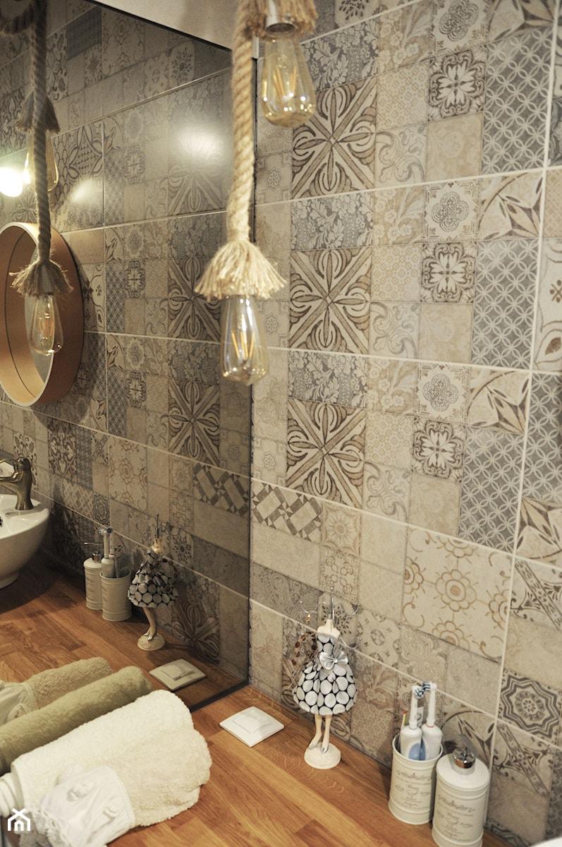 Łazienka patchworkowa - Mała szara łazienka na poddaszu w bloku w domu jednorodzinnym bez okna, st ... - zdjęcie od rebelle.concept
