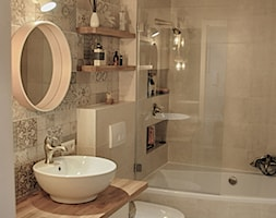 Łazienka patchworkowa - Mała beżowa łazienka na poddaszu w bloku w domu jednorodzinnym bez okna, styl rustykalny - zdjęcie od rebelle.concept - Homebook