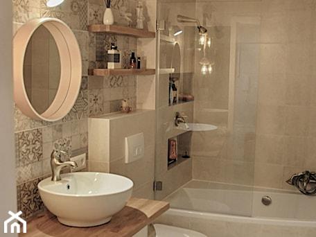 Aranżacje wnętrz - Łazienka: Łazienka patchworkowa - Mała beżowa łazienka na poddaszu w bloku w domu jednorodzinnym bez okna, s ... - rebelle.concept. Przeglądaj, dodawaj i zapisuj najlepsze zdjęcia, pomysły i inspiracje designerskie. W bazie mamy już prawie milion fotografii!
