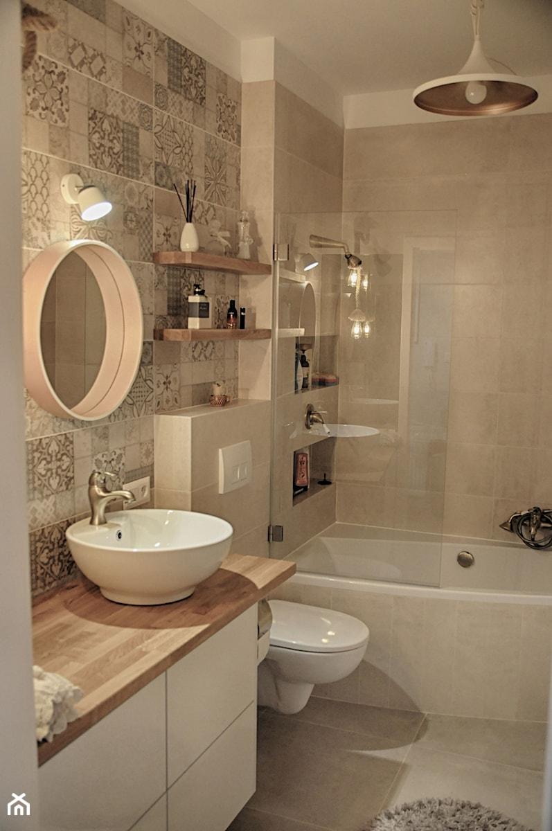 Łazienka patchworkowa - Mała beżowa łazienka na poddaszu w bloku w domu jednorodzinnym bez okna, s ... - zdjęcie od rebelle.concept