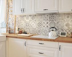 Kuchnia rustykalna - Średnia biała szara kuchnia w kształcie litery l z oknem, styl rustykalny - zdjęcie od rebelle.concept - Homebook