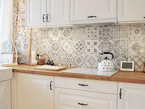 Kuchnia rustykalna - Średnia biała szara kuchnia w kształcie litery l z oknem, styl rustykalny - zdjęcie od rebelle.concept
