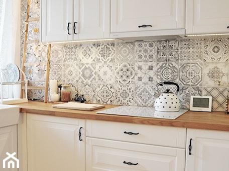 Aranżacje wnętrz - Kuchnia: Kuchnia rustykalna - Średnia biała szara kuchnia w kształcie litery l z oknem, styl rustykalny - rebelle.concept. Przeglądaj, dodawaj i zapisuj najlepsze zdjęcia, pomysły i inspiracje designerskie. W bazie mamy już prawie milion fotografii!