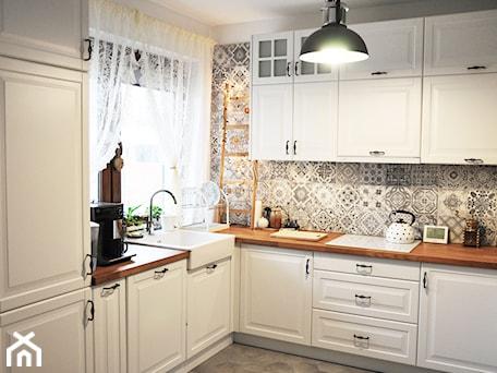 Aranżacje wnętrz - Kuchnia: Kuchnia rustykalna - Mała zamknięta biała kuchnia w kształcie litery l z oknem, styl rustykalny - rebelle.concept. Przeglądaj, dodawaj i zapisuj najlepsze zdjęcia, pomysły i inspiracje designerskie. W bazie mamy już prawie milion fotografii!