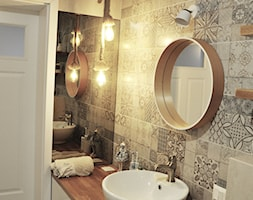 Łazienka patchworkowa - Mała szara łazienka na poddaszu w bloku w domu jednorodzinnym bez okna, styl rustykalny - zdjęcie od rebelle.concept - Homebook