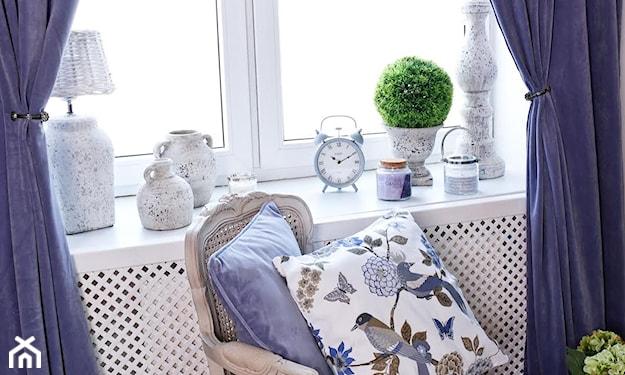 eleganckie fioletowe tkaniny w salonie provance