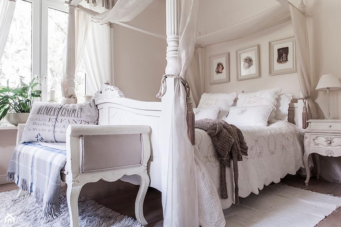 łóżko z baldachimem w stylu prowansalskim