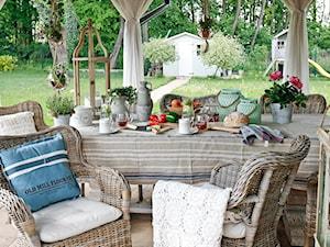 Dekoracja stołu w ogrodzie
