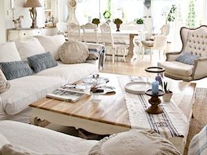 Salon z błęitnymi dodatkami - Średni biały salon z jadalnią, styl prowansalski - zdjęcie od BelleMaison