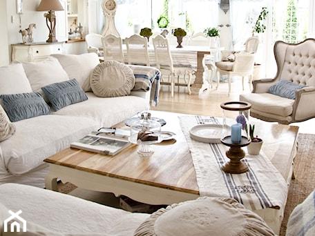 Aranżacje wnętrz - Salon: Salon z błęitnymi dodatkami - Średni biały salon z jadalnią, styl prowansalski - BelleMaison. Przeglądaj, dodawaj i zapisuj najlepsze zdjęcia, pomysły i inspiracje designerskie. W bazie mamy już prawie milion fotografii!