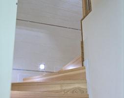 Dom Wiśniowa Góra 140m2 - Średnie wąskie schody jednobiegowe kręcone drewniane - zdjęcie od BolanowskaStyle