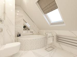 NOWOCZESNE MIESZKANIE Z PUSTKĄ NAD SUFITEM - Średnia beżowa łazienka na poddaszu w domu jednorodzinnym z oknem, styl nowoczesny - zdjęcie od VIVINO Studio