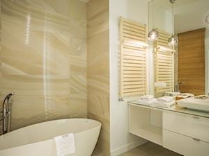 MIESZKANIE Z SYPIALNIĄ BALDACHIMEM - Mała beżowa łazienka na poddaszu w bloku w domu jednorodzinnym bez okna, styl klasyczny - zdjęcie od VIVINO Studio