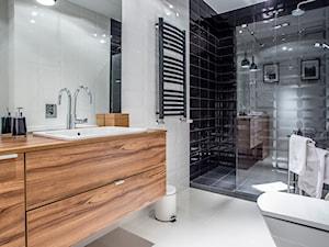 APARTAMENT Z MUZYKĄ W TLE – - Średnia biała czarna łazienka na poddaszu w bloku w domu jednorodzinnym bez okna, styl nowoczesny - zdjęcie od VIVINO Studio