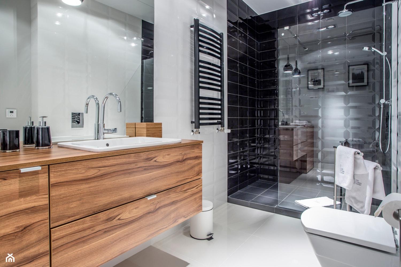 APARTAMENT Z MUZYKĄ W TLE – - Średnia biała czarna łazienka na poddaszu w bloku w domu jednorodzinnym bez okna, styl nowoczesny - zdjęcie od VIVINO Studio - Homebook