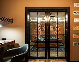 Męskie wnętrze - magazyn wspomnień - Małe brązowe biuro pracownia w pokoju - zdjęcie od idsgn paulina olbrychowska