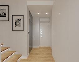 MIESZKANIE DWUPOZIOMOWE z miętowym akcentem - Średni beżowy hol / przedpokój, styl skandynawski - zdjęcie od INVENTIVE studio