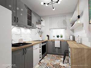 RETRO AKCENTY - Średnia zamknięta wąska biała szara kuchnia w kształcie litery u z oknem, styl vintage - zdjęcie od INVENTIVE studio