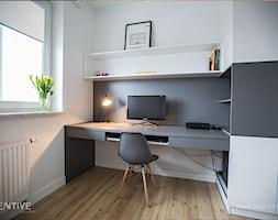 NATURALNIE NOWOCZEŚNIE - Małe szare białe biuro pracownia domowe kącik do pracy na poddaszu w pokoju, styl skandynawski - zdjęcie od INVENTIVE studio
