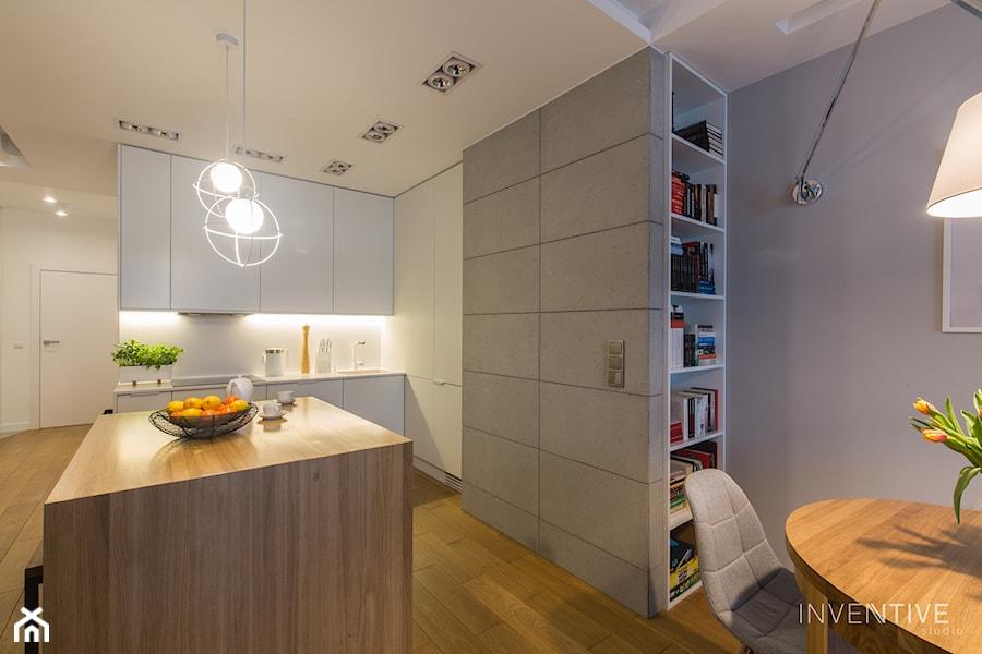 WILANÓW - realizacja - Mała otwarta biała szara kuchnia jednorzędowa w aneksie z wyspą, styl minimalistyczny - zdjęcie od INVENTIVE studio