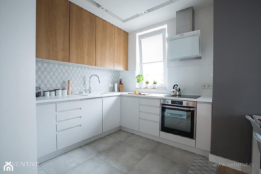 NATURALNIE NOWOCZEŚNIE - Mała zamknięta biała kuchnia w kształcie litery l z oknem, styl skandynawski - zdjęcie od INVENTIVE studio