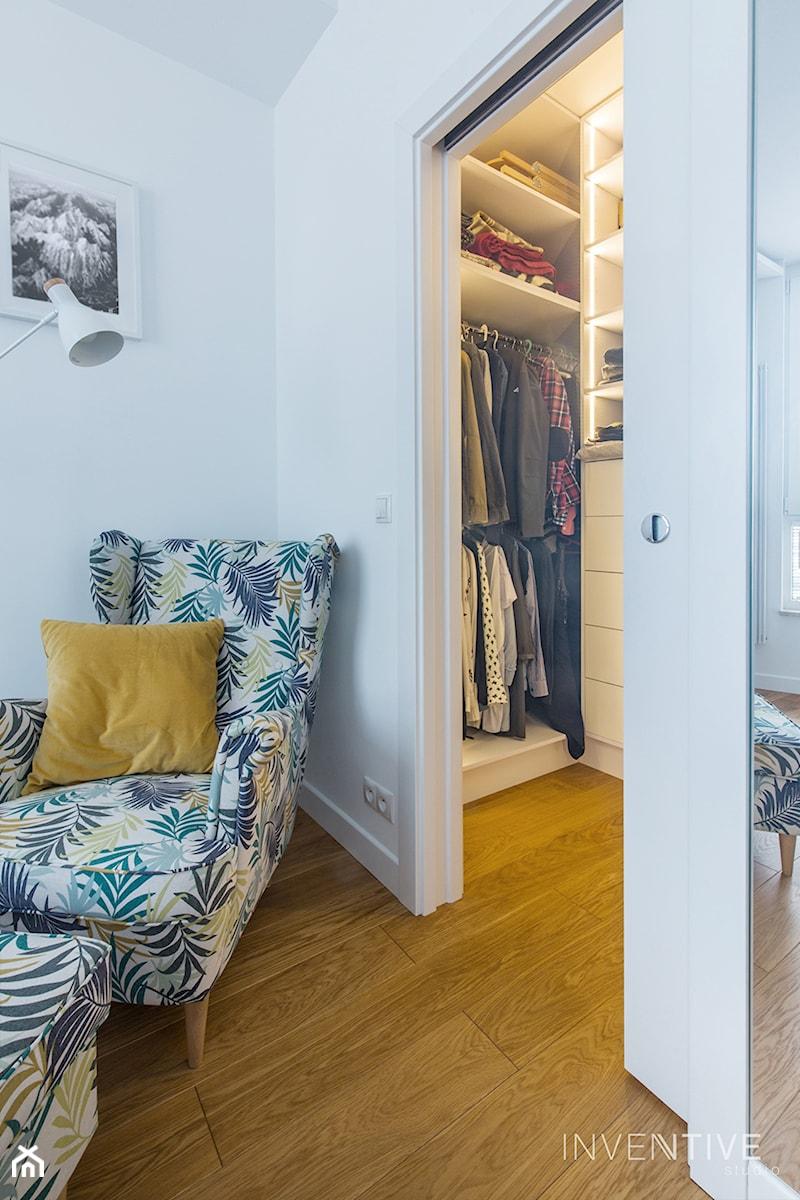 WILANÓW - realizacja - Mała biała sypialnia małżeńska z garderobą, styl minimalistyczny - zdjęcie od INVENTIVE studio