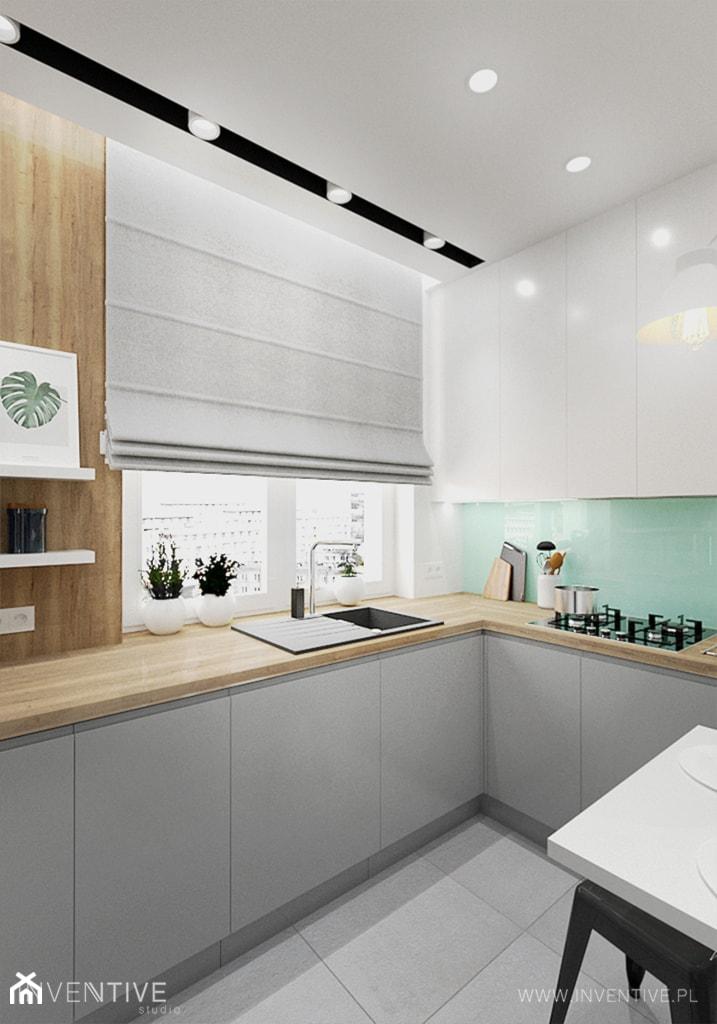 KUCHNIA Z AKCENTEM MIĘTY - Mała otwarta biała zielona kuchnia w kształcie litery l z oknem, styl nowoczesny - zdjęcie od INVENTIVE studio