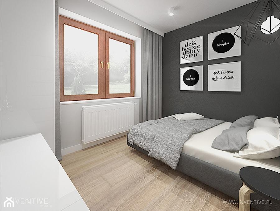 PROJEKT DOMU - Średnia szara czarna sypialnia małżeńska, styl minimalistyczny - zdjęcie od INVENTIVE studio
