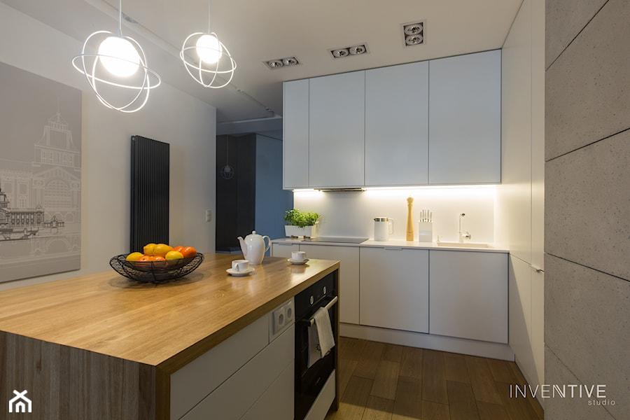 WILANÓW - realizacja - Średnia otwarta biała szara kuchnia jednorzędowa w aneksie z wyspą, styl minimalistyczny - zdjęcie od INVENTIVE studio