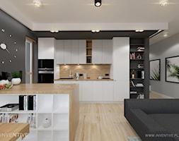 MYSŁOWICE - Mała szara kuchnia jednorzędowa w aneksie z wyspą z oknem, styl nowoczesny - zdjęcie od INVENTIVE studio