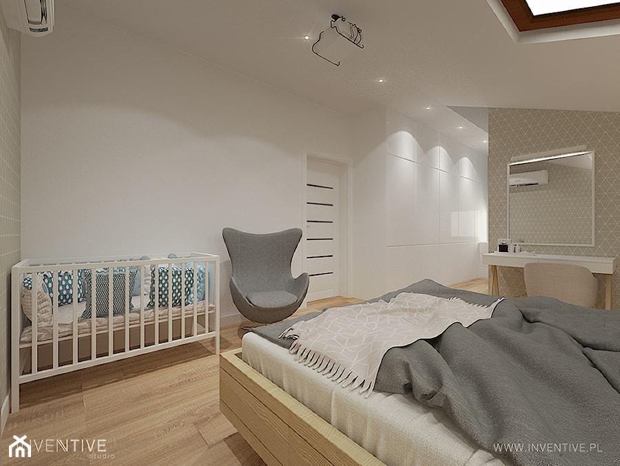 PROJEKT DOMU - Średnia beżowa biała sypialnia małżeńska na poddaszu, styl nowoczesny - zdjęcie od INVENTIVE studio