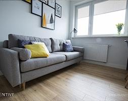 NATURALNIE NOWOCZEŚNIE - Małe białe biuro domowe kącik do pracy w pokoju, styl skandynawski - zdjęcie od INVENTIVE studio