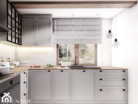 Aranżacje wnętrz - Kuchnia: DOM CELESTYNÓW - Średnia zamknięta biała kuchnia w kształcie litery l z oknem, styl tradycyjny - INVENTIVE studio. Przeglądaj, dodawaj i zapisuj najlepsze zdjęcia, pomysły i inspiracje designerskie. W bazie mamy już prawie milion fotografii!
