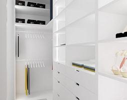 HARMONIJNIE - Mała zamknięta garderoba, styl nowoczesny - zdjęcie od INVENTIVE studio