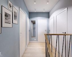 DOM BIAŁOŁĘKA - Duży biały szary hol / przedpokój, styl nowoczesny - zdjęcie od INVENTIVE studio