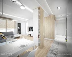 DĄB Z JELENIEM - Mały szary salon z bibiloteczką z jadalnią, styl skandynawski - zdjęcie od INVENTIVE studio