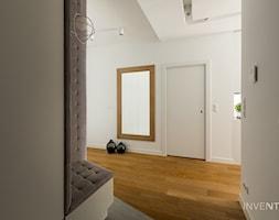 WILANÓW - realizacja - Duży biały hol / przedpokój, styl minimalistyczny - zdjęcie od INVENTIVE studio