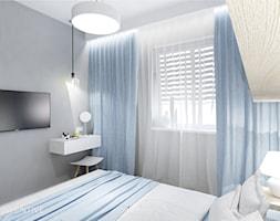 NIEBIESKA SZAROŚĆ - Mała biała szara sypialnia małżeńska, styl nowoczesny - zdjęcie od INVENTIVE studio