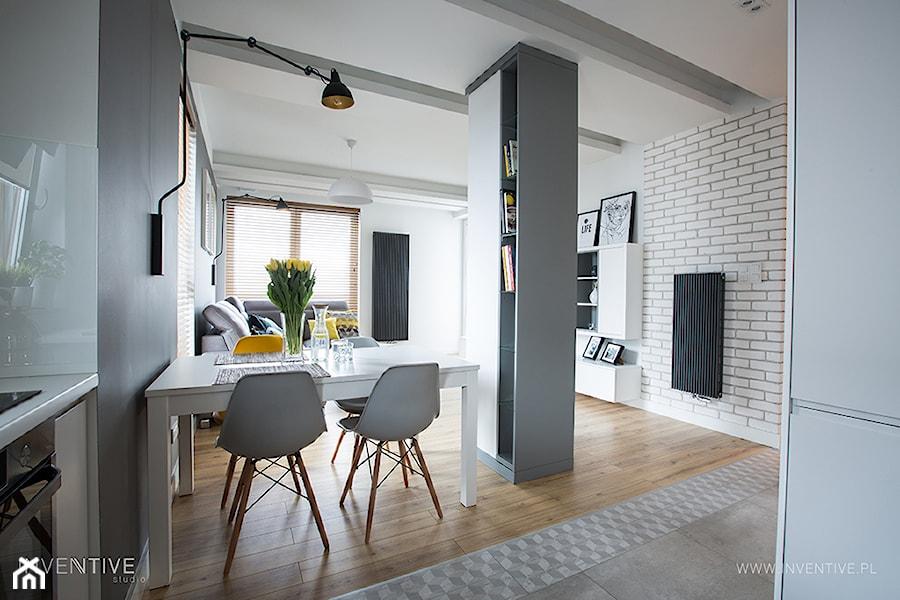 NATURALNIE NOWOCZEŚNIE - Średni biały salon z kuchnią z jadalnią, styl skandynawski - zdjęcie od INVENTIVE studio