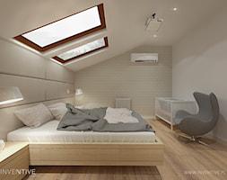 PROJEKT DOMU - Duża beżowa biała sypialnia małżeńska na poddaszu, styl nowoczesny - zdjęcie od INVENTIVE studio