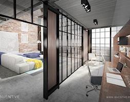 LOFTOWO INDUSTRIALNIE - Średnie brązowe szare biuro pracownia domowe kącik do pracy w pokoju, styl industrialny - zdjęcie od INVENTIVE studio
