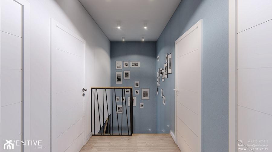 Aranżacje wnętrz - Hol / Przedpokój: DOM BIAŁOŁĘKA - Mały biały niebieski hol / przedpokój, styl nowoczesny - INVENTIVE studio. Przeglądaj, dodawaj i zapisuj najlepsze zdjęcia, pomysły i inspiracje designerskie. W bazie mamy już prawie milion fotografii!
